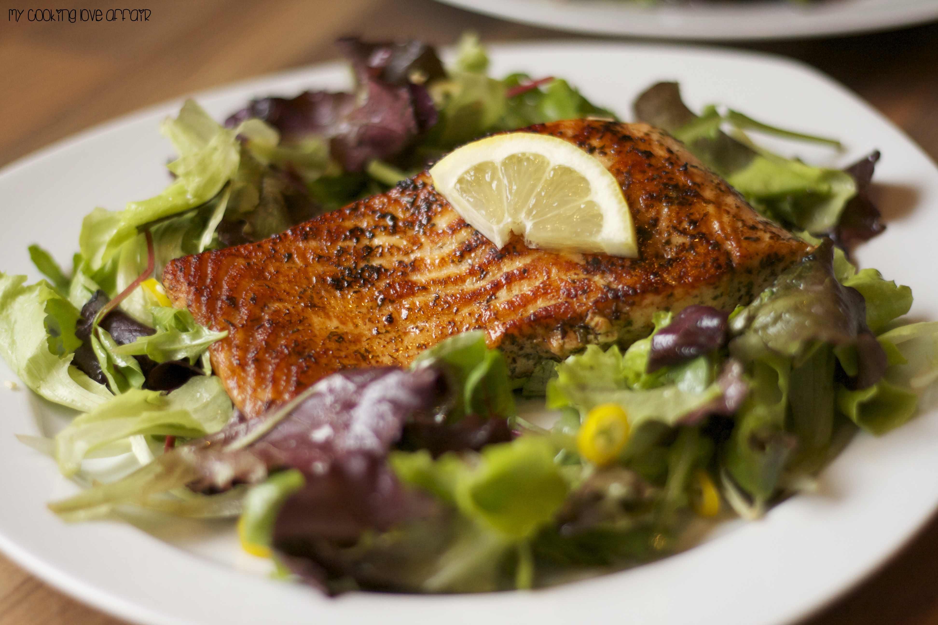 schneller Lachs auf Wildkräutersalat