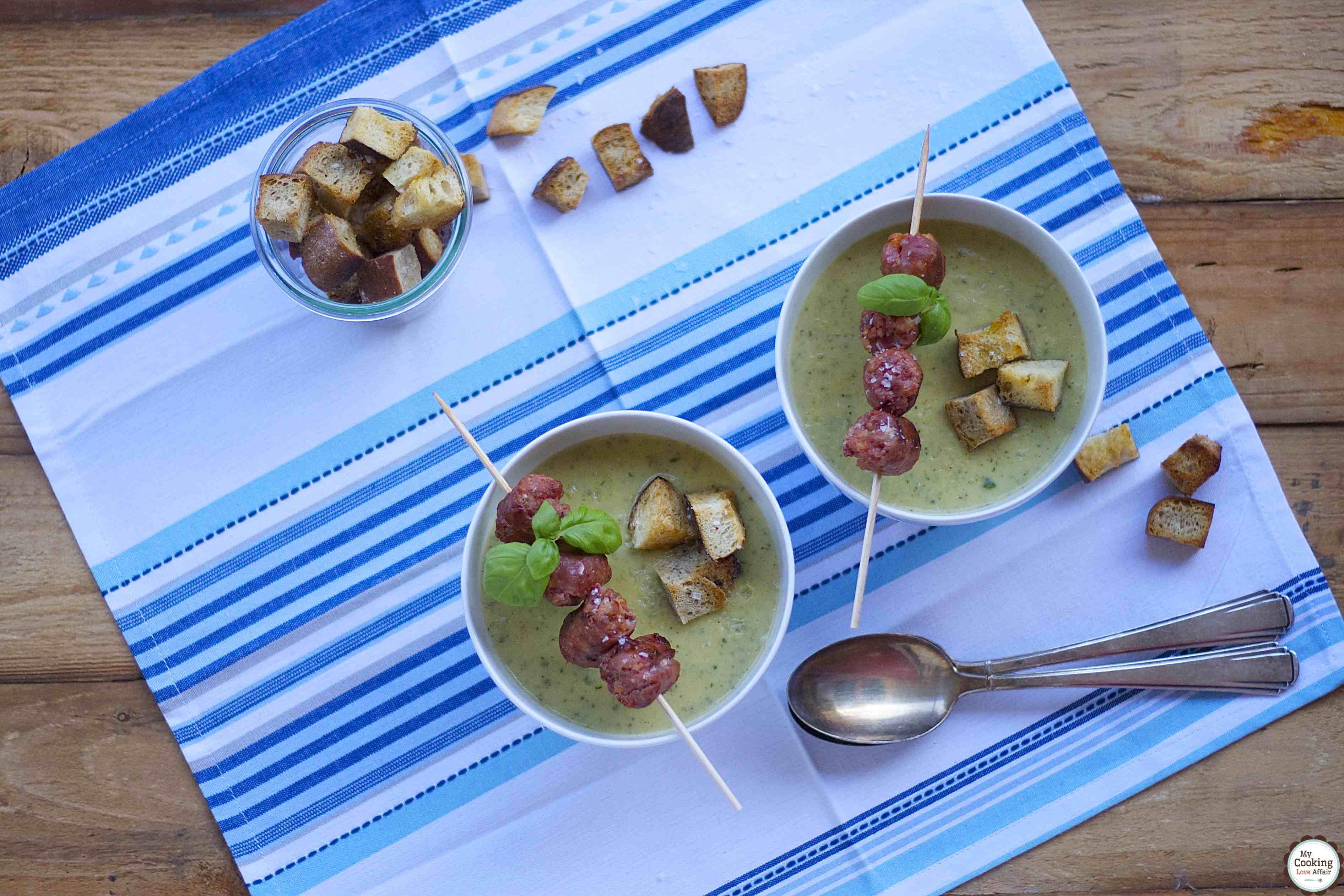 Zucchini-Basilikum-Suppe mit pikanter Salsicce und Croutons