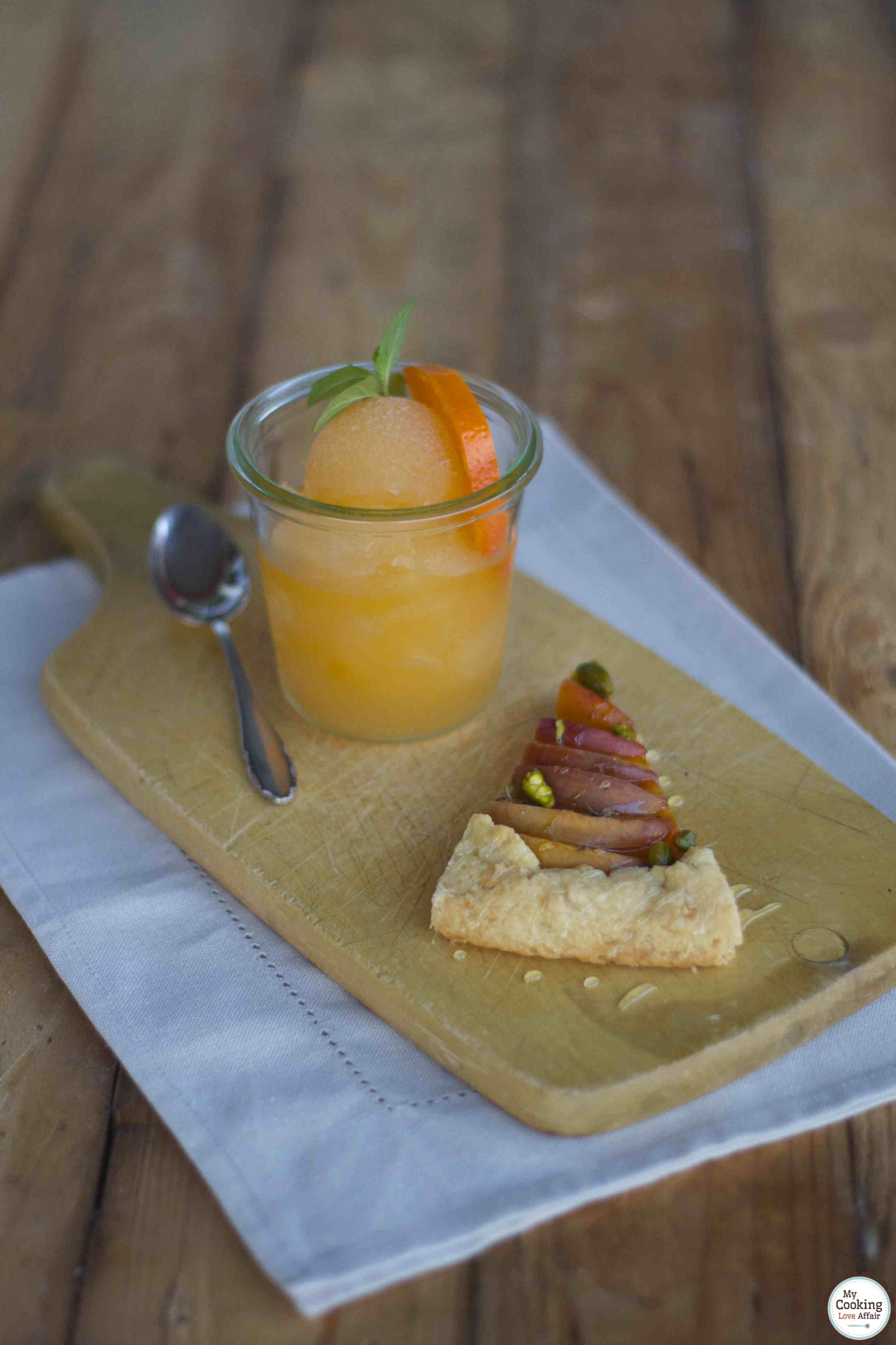 Galette mit Pfirsich, Thymian und Pistazien mit Mandarine-Mule-Sorbet