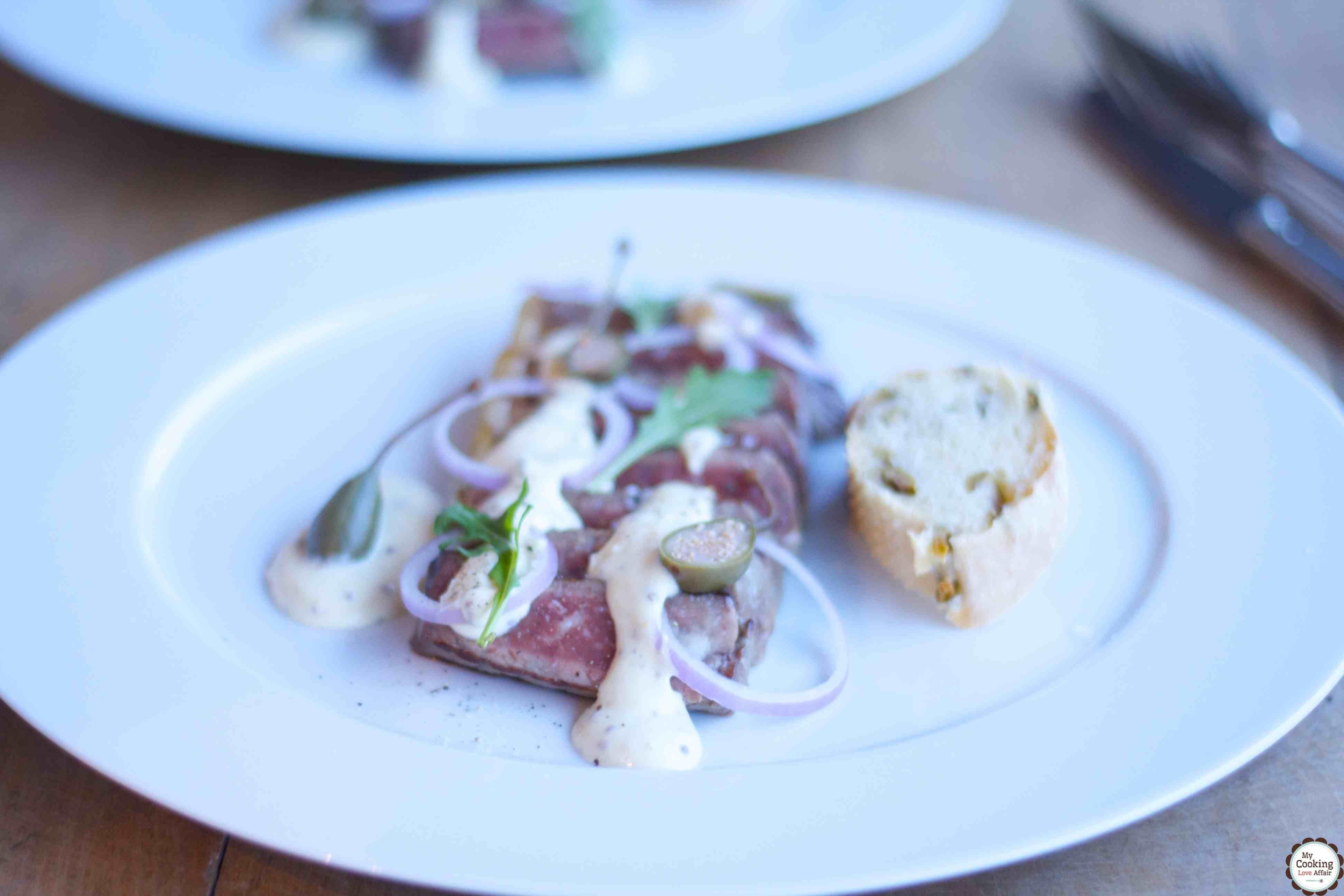 feines Steak-Carpaccio mit Dijonsenfsauce