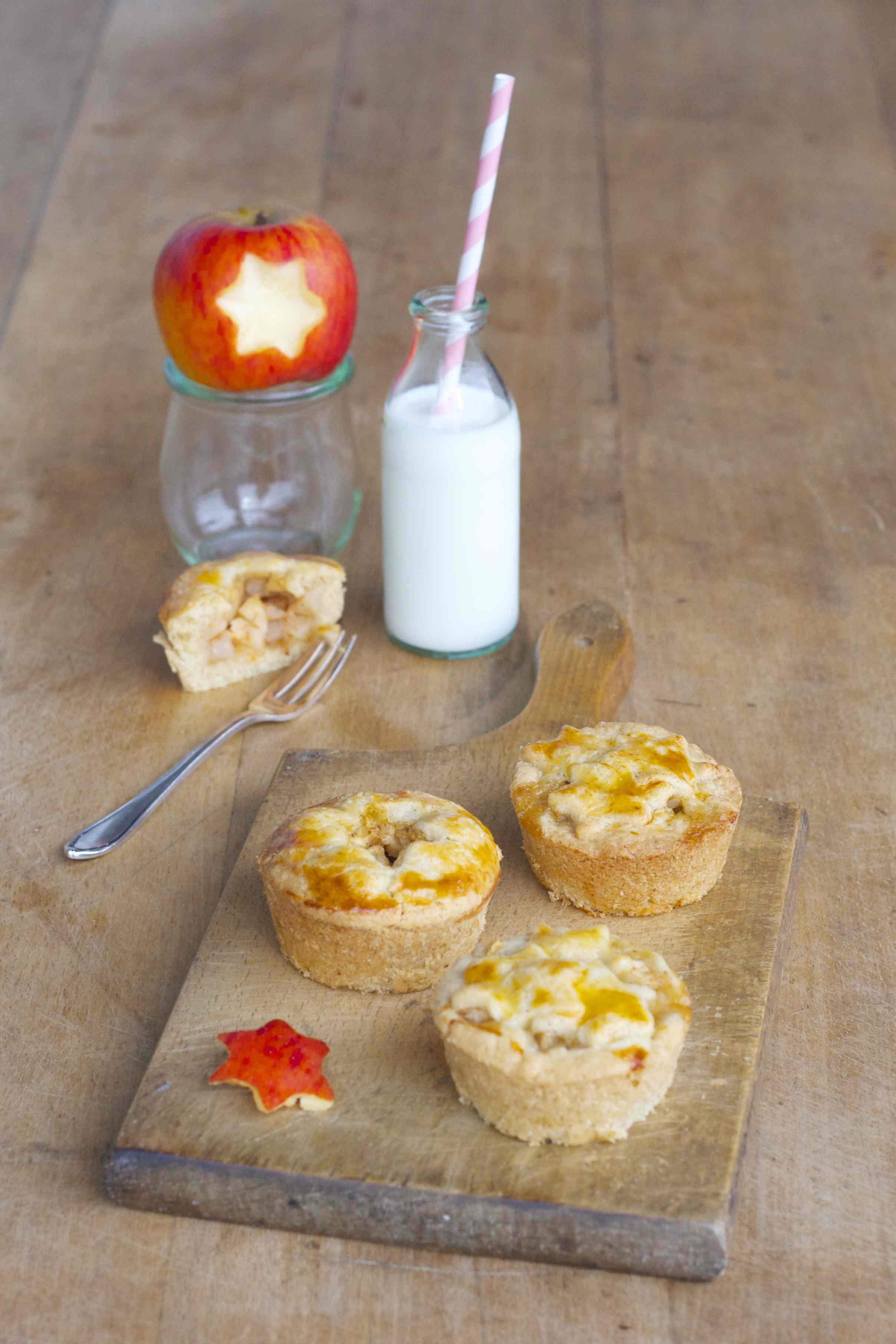 gedeckter Mini-Apfelkuchen mit Zimt