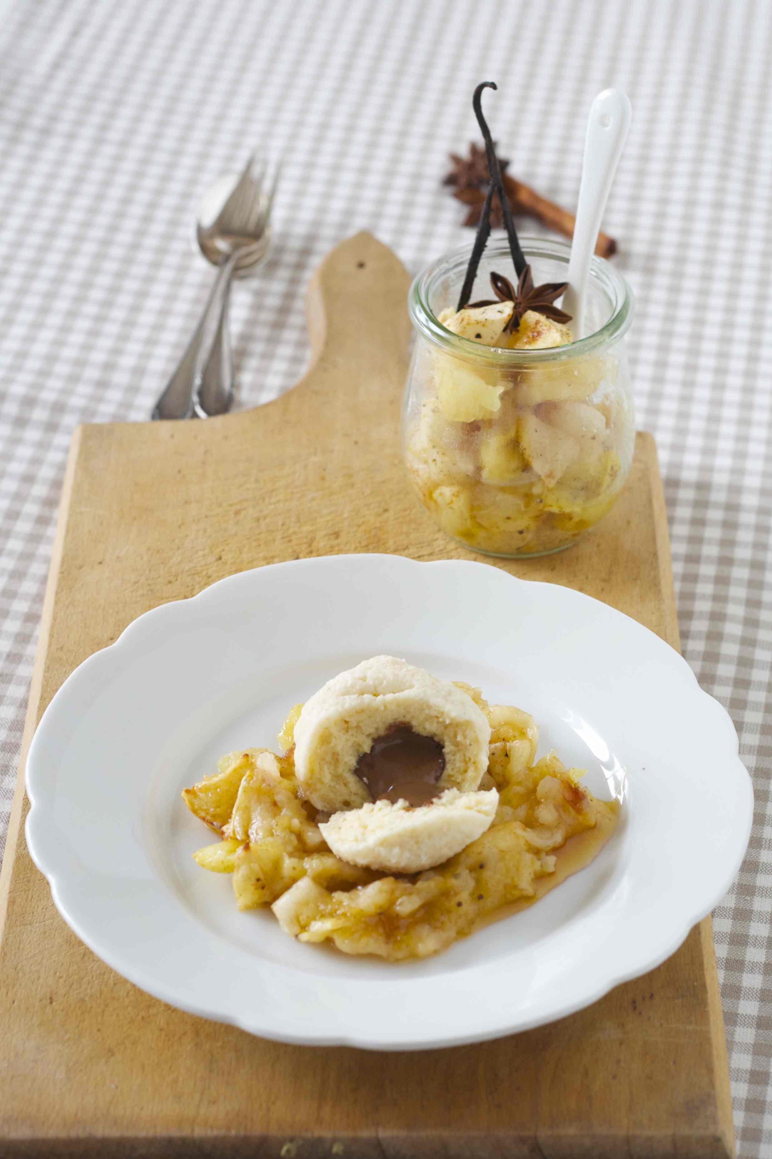 Topfenknödel mit Schokoladenfüllung und Apfel-Ofen-Kompott