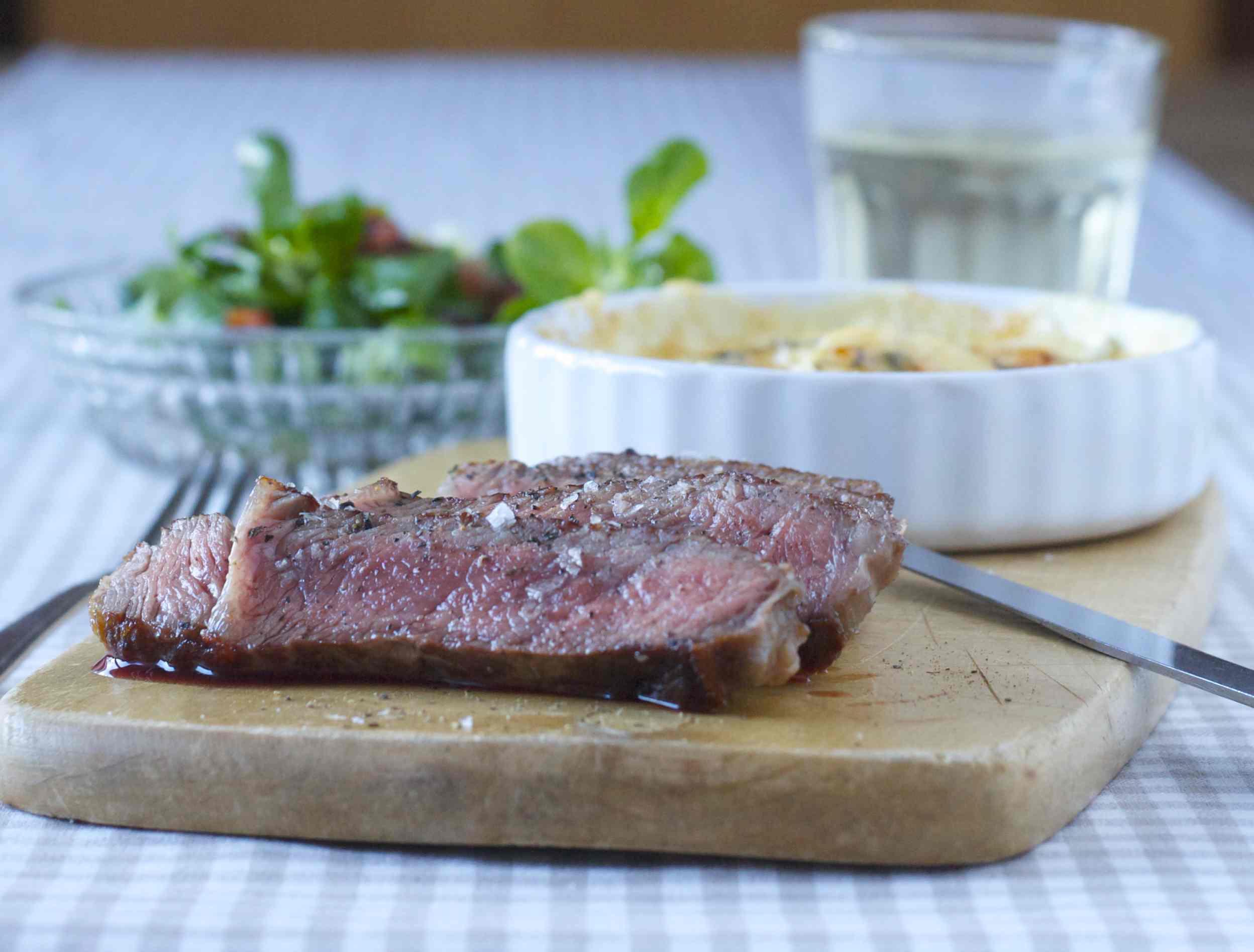 Gratin mit Pastinake dazu Entrecôte und Feldsalat