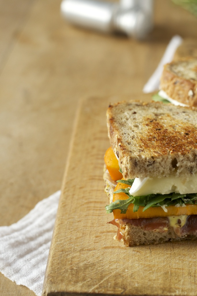 gegrilltes Sandwich mit Sharon, Parmaschinken, Brie und Dijonnaise