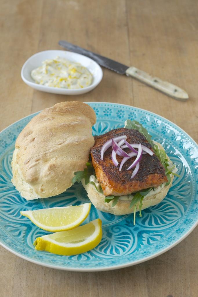 Sandwich mit Cajun-Lachs und Zitronenaioli