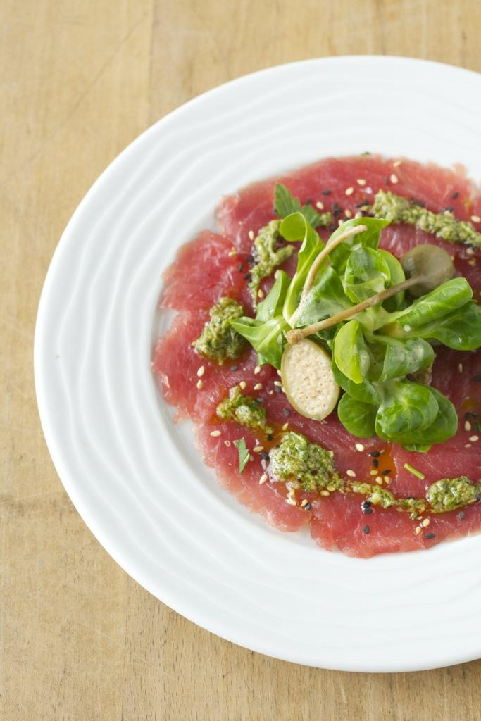 Tunfischcarpaccio mit Salsa Verde und Feldsalat