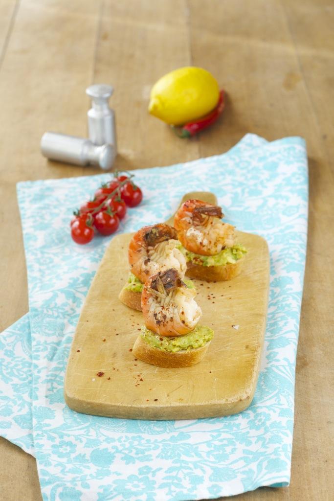 scharfe Crostini mit Avocadocreme und Garnelen