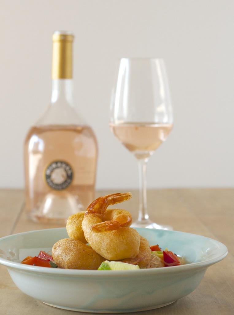 Rosé-Tempura-Garnelen auf Glasnudelsalat trifft Wein(Seligkeiten)