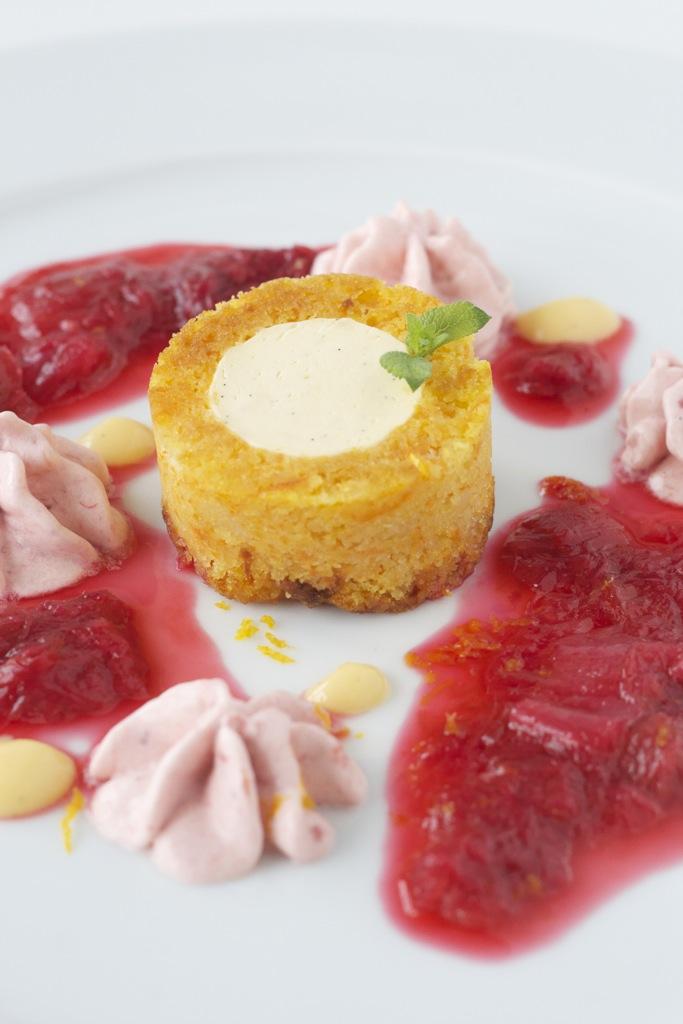 Eierlikörmousse im saftigen Möhrenkuchen, sahniges Rhabarber-Eis und ein Rhabarber-Ingwer-Kompott