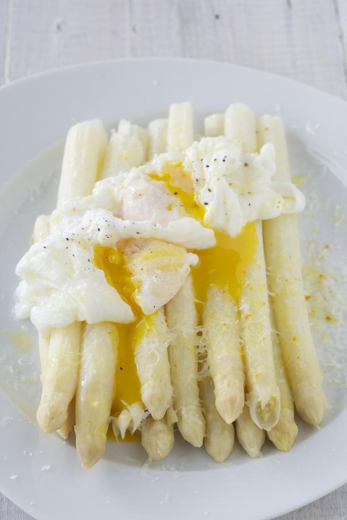 Spargel nochmal anders - mit pochiertem Ei und Parmesan