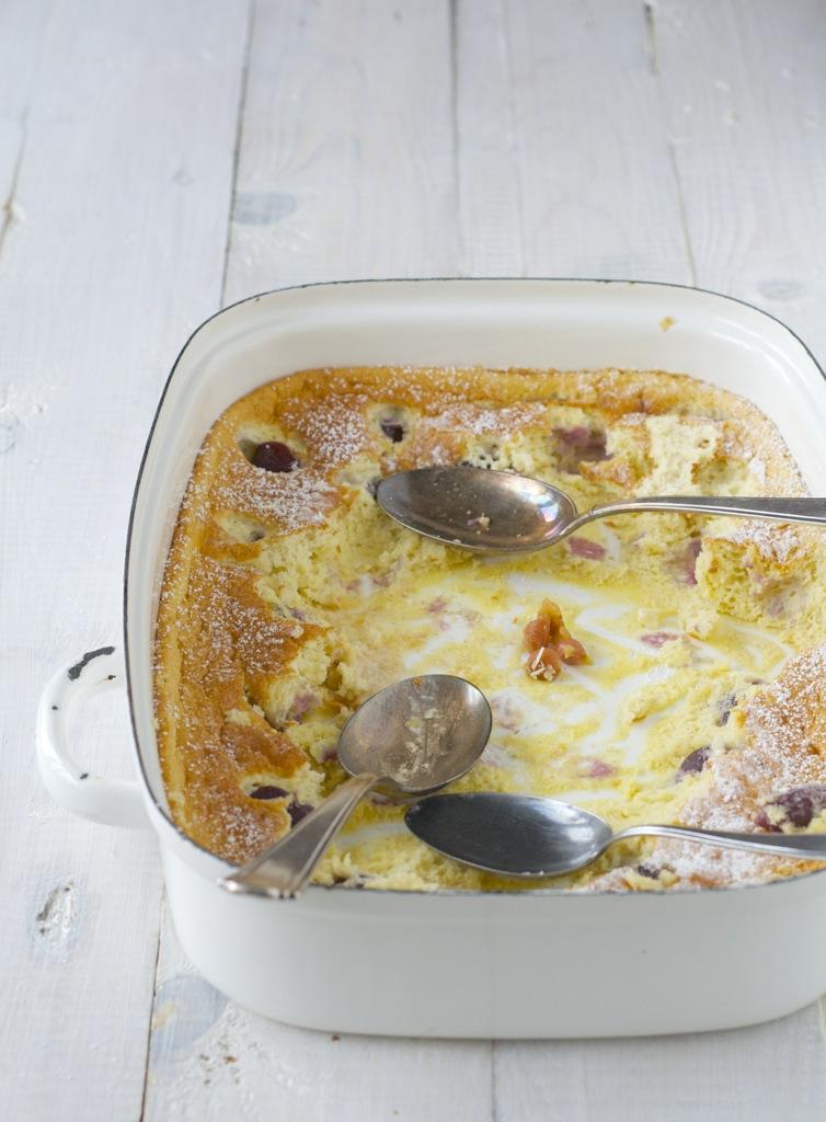 Clafoutis mit Kirschen und weißes Kirscheis