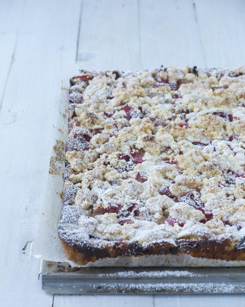 Rhabarber-Erdbeer-Kuchen mit knusprigen Streuseln