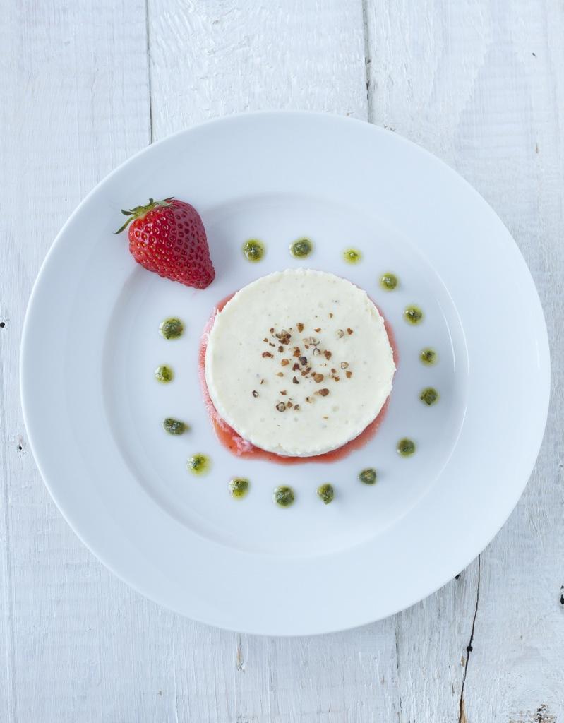 Spargelmousse auf Erdbeertatar mit Zitronenverbenepesto