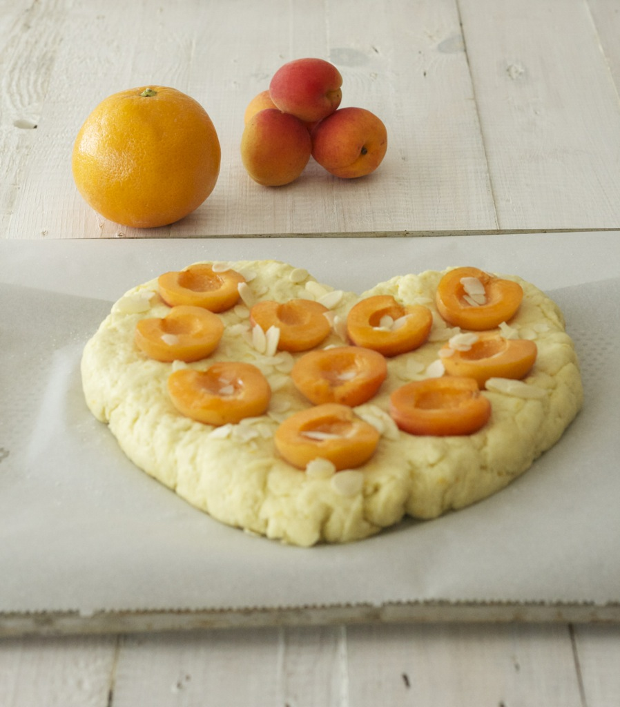 süßes Focaccia-Herz mit Aprikosen, Olivenöl und Orange