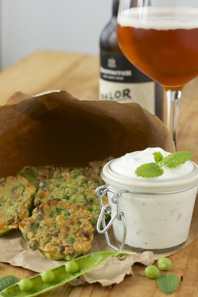 Erbsen-Feta-Plätzchen mit Minze-Joghurt-Dip