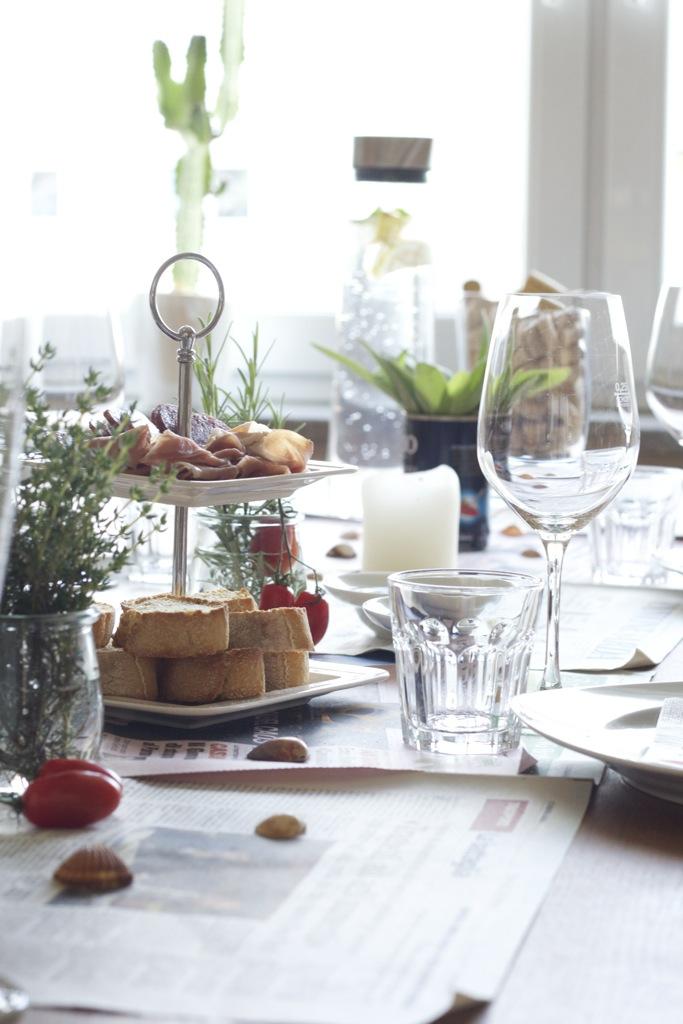 Lammburger mit Salzzitronenaioli, Harissa, Ziege, Minze und Aprikosen