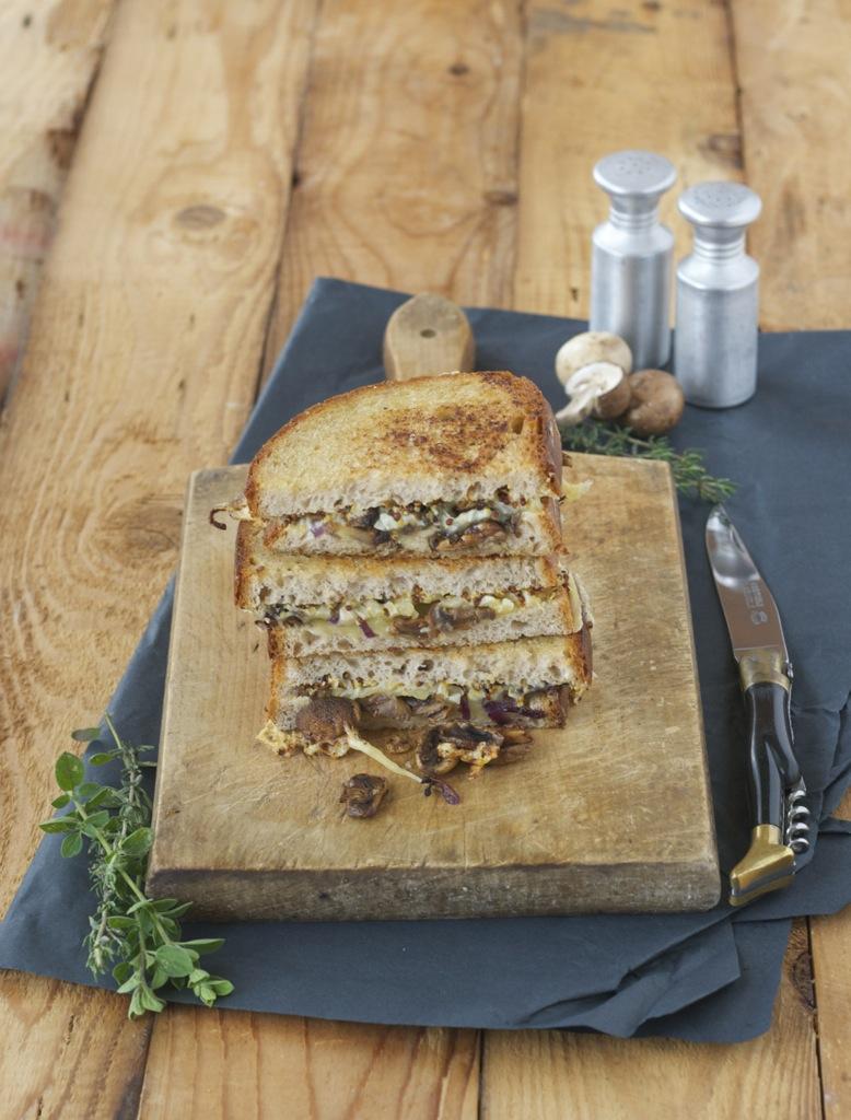 Sandwich mit gebratenen Champignons, Zwiebeln und Gouda