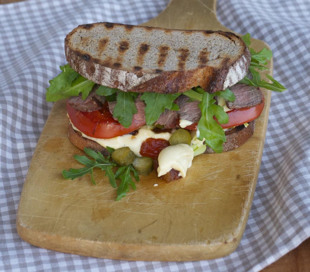 Sandwiches mit Steakstreifen, Aioli und Tomatenchutney