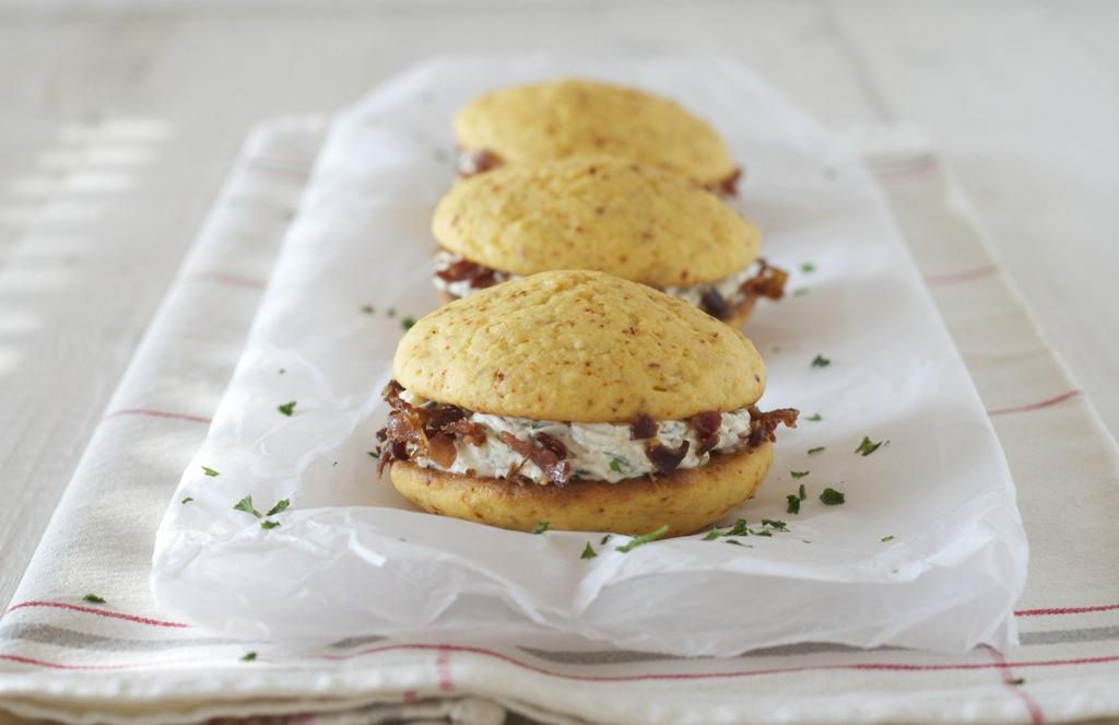 Maisbrot Whoopie Pies mit Ziegenkäse und crunchy Bacon - very hot, Baby!