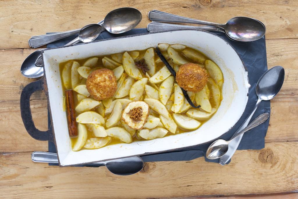 Topfenknödel mit Karamellcreme, Keksbröseln und glasierte Apfelspalten