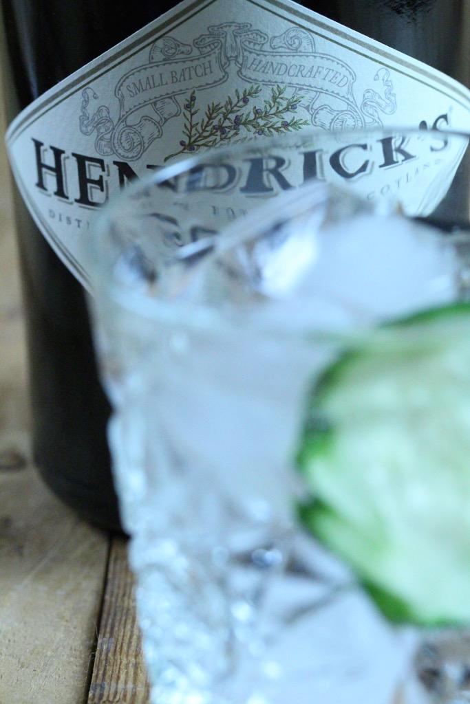 Risotto mit Gin, Gurkenbällchen und Lachssashimi - Ginsotto