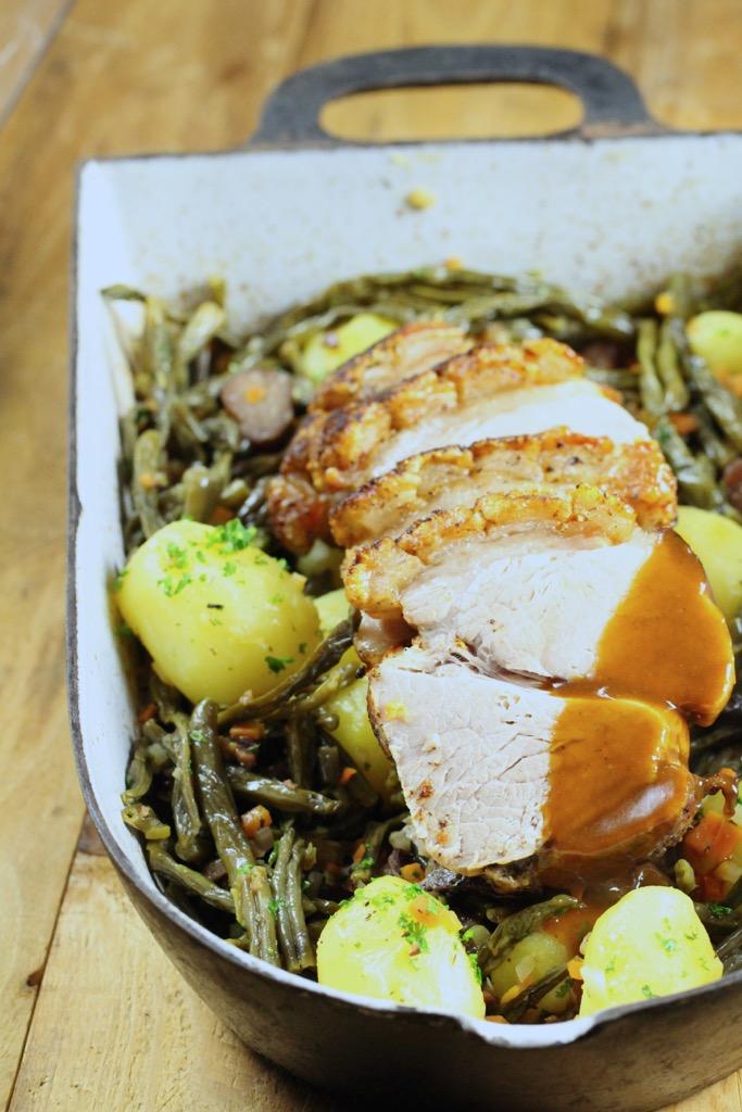 Krustenbraten, auf Dörrbohnengemüse, Jus und Kartoffeln