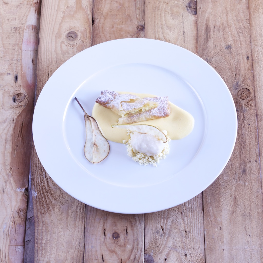 Cheesecakebonbon, BirnenbrandSabayon, Birnensorbet auf Milch-Crumble, Birnensegel