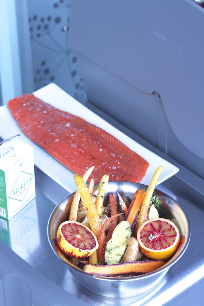Geräuchertes Lachsfilet mit Blutorangen-Ingwer-Galsur mit Möhren-Spinat-Gemüse