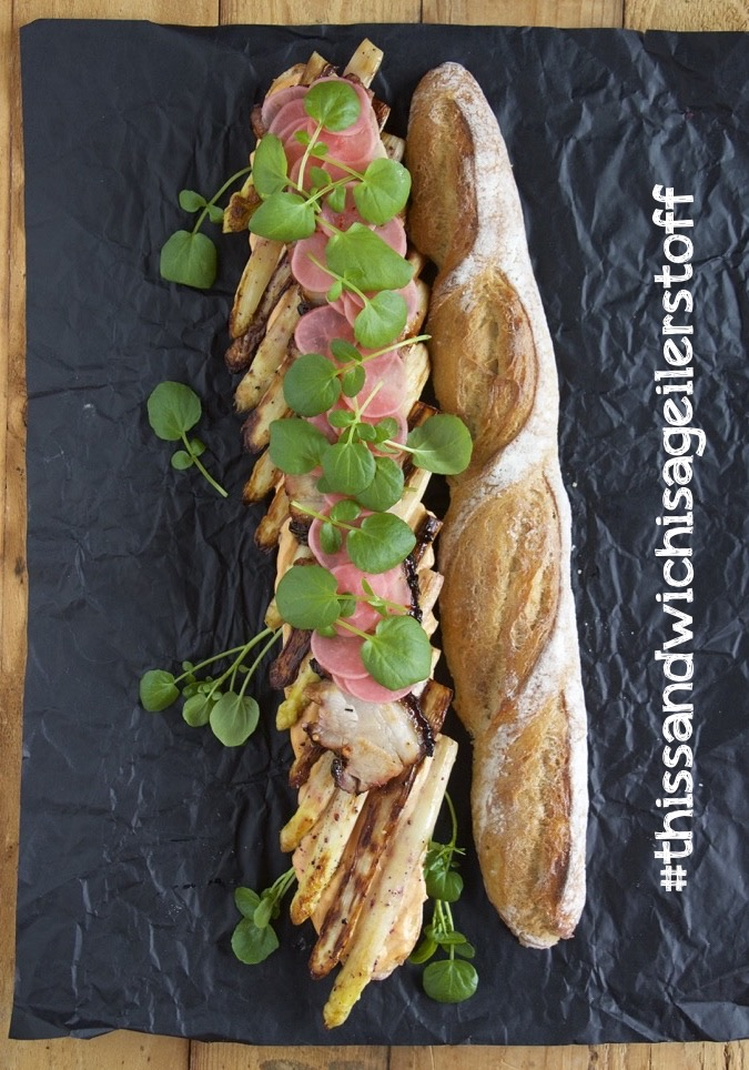 Baguette mit glasiertem Schweinebauch und Spargel
