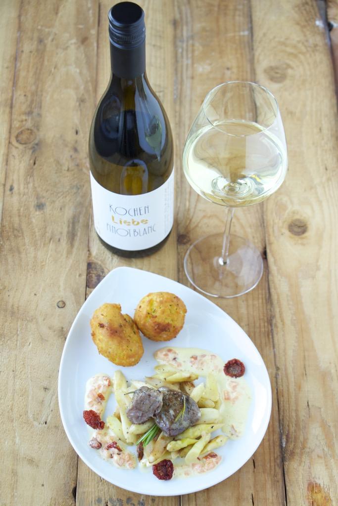 confierte Lammbäckchen mit Pommes Dauphine mit Rosmarin, Tomatenhollandaise und Spargelsalat