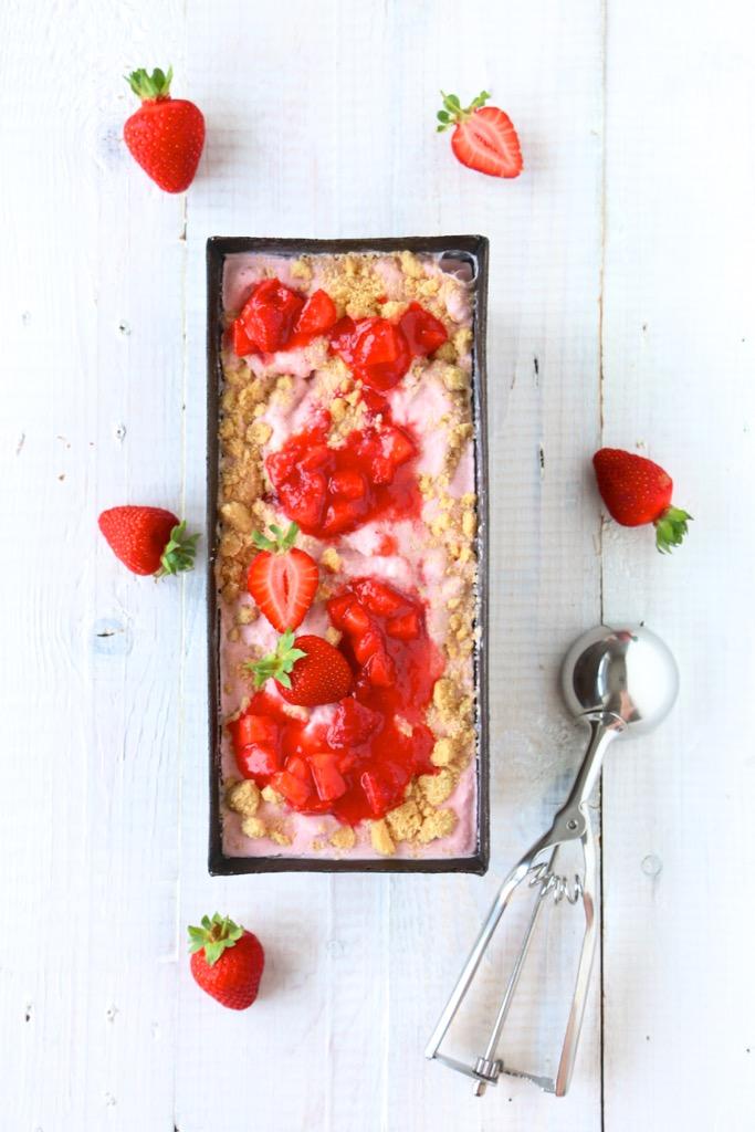 Erdbeereiscreme mit Shortbread-Crunch