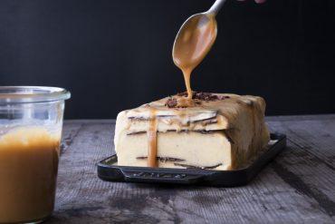 herrliche Eistorte mit Vanilleeis mit cremigem Salzkaramell und hauchdünnen Schokoschichten!