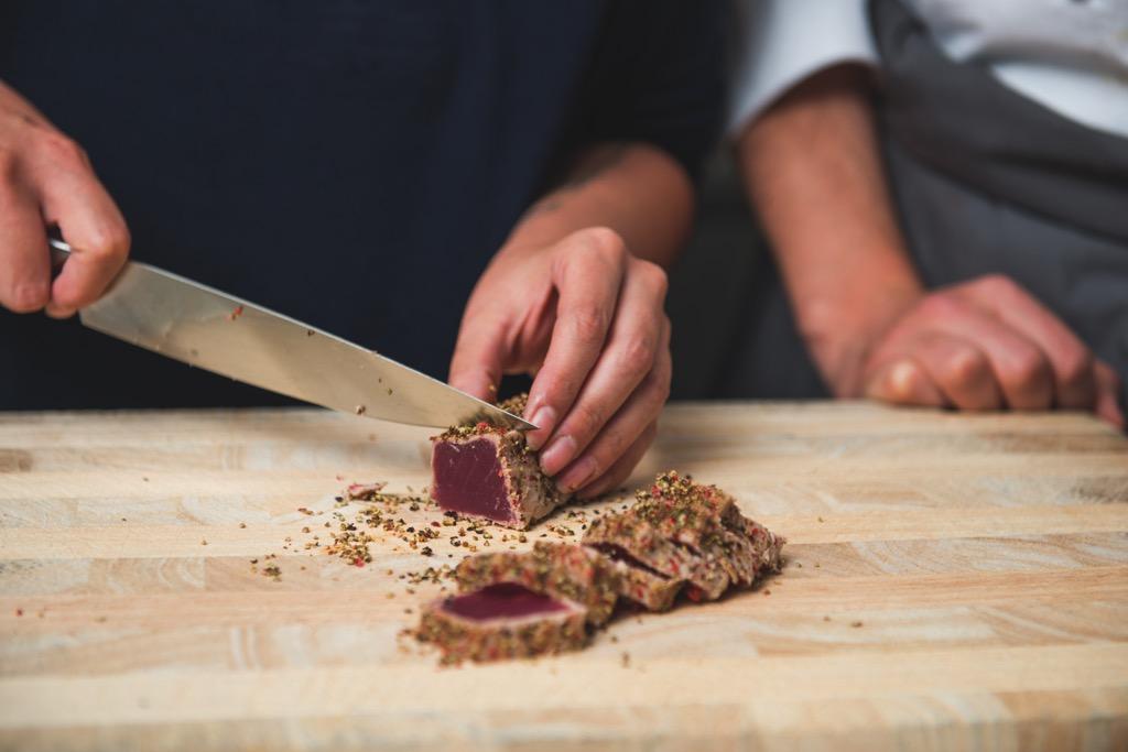 Salat von grünem Spargel / gepfefferter Thunfisch / Koriandermayonnaise