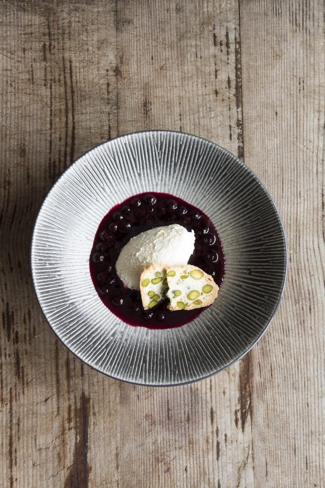 Food-Love-Wine-Kochbuch-Joghurtmousse-Pistazienkeks-Heidelbeeren-Nachtisch-Dessert