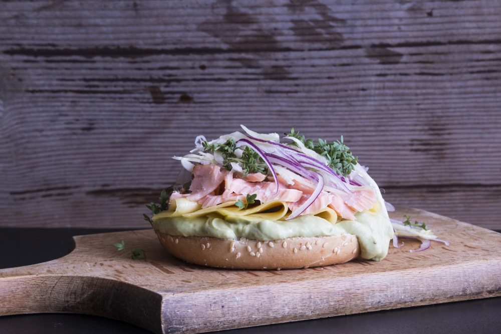 Bagel mit pulled Stremellachs