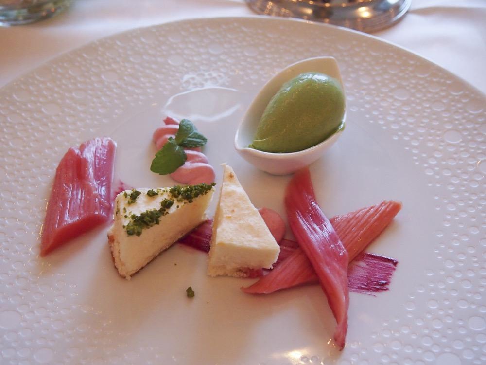 """Dessert-Variation """"Frühlingserwachen"""" mit einer süchtigmachenden Sauerampfer-Eiscreme und der erste Rhabarber der Saison"""