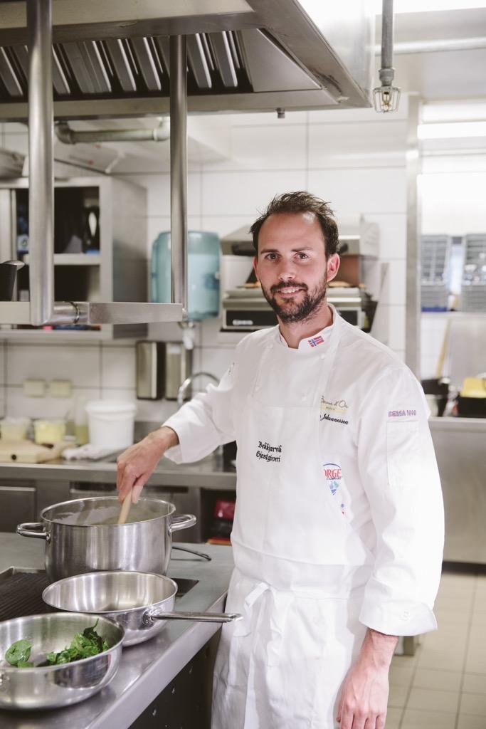 Gjestgiveri-Speiseraum-Ørjan-Johannsen-der-Chef