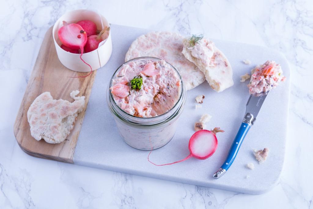 Lachsrillettes-mit-warmem-Joghurtbrot-aus-der-Pfanne-und-eingelegten-Radieschen