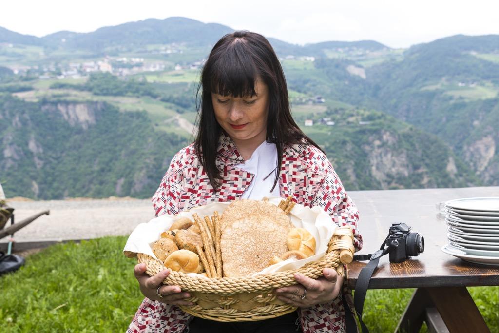 Pressereise-Südtirol-Kaltern-am-See-Isa-mit-Brot