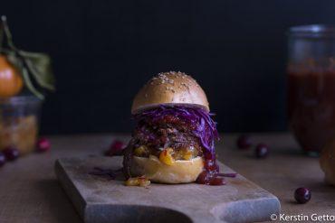 Pulled Wildschwein-mit-Cranberry-BBQ-Sauce-Orangenchutney-Rotkohl-Slaw-und-Wacholderbuns-5