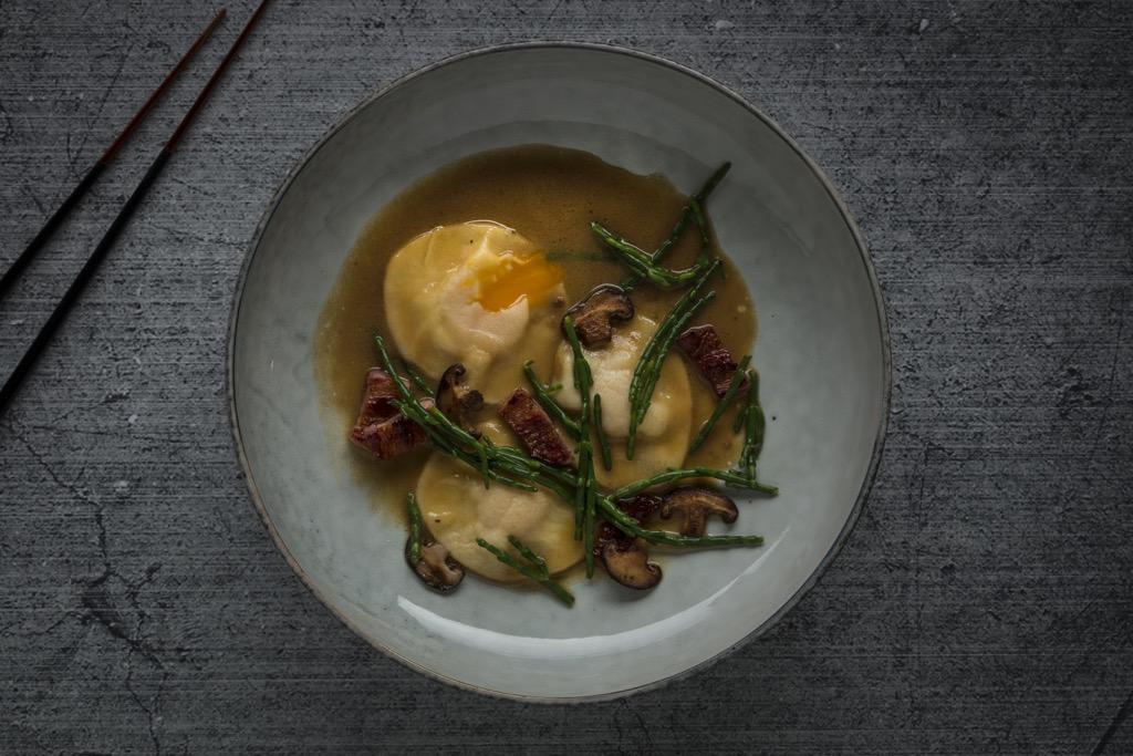köstliche-Eigelbravioli-Miso-Dashi-Shiitake